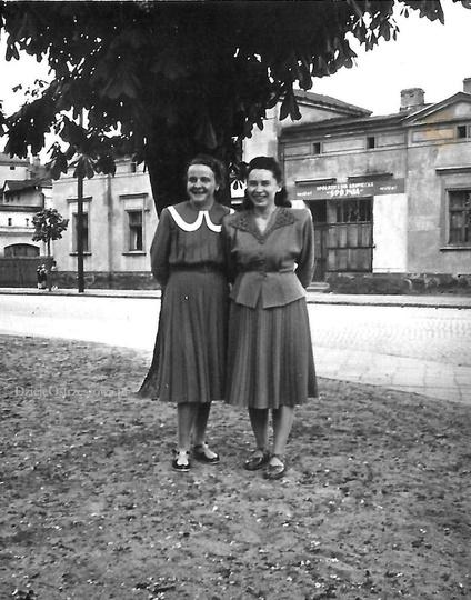 Ulica Gen. Władysława Sikorskiego, przełom lat 40 i 50-tych. Widoczny dom państw..., stare zdjęcia -
