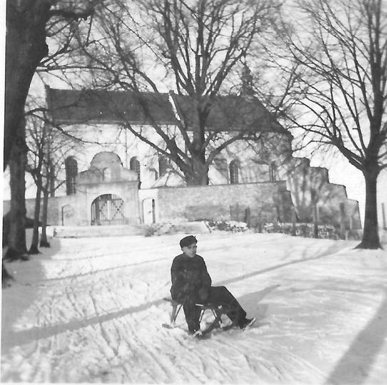Klasztorek zimą. Wzgórze klasztorne służyło za tor saneczkowy jak i  stok narcia..., stare zdjęcia -