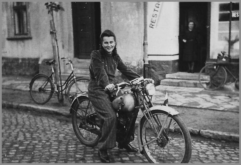 Schyłek lat czterdziestych, ulica Sikorskiego, widoczna kamienica z restauracją ..., stare zdjęcia -