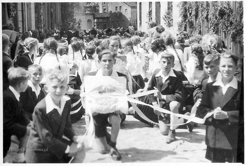 Rok 1954, ulicą Poprzeczna idzie procesja Bożego Ciała. W tyle widoczna ulica Ta..., stare zdjęcia -