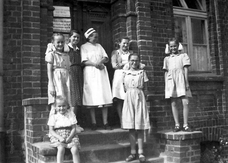 Szpital w Ostrzeszowie, 13.07.1952 rok. W kitkach od lewej: Ilonka, Halinka, Mar..., stare zdjęcia -
