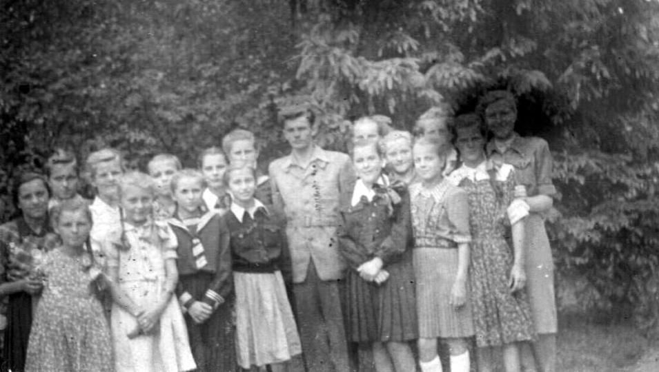 0prócz tego że na zdjeciu jest Pan Stanisław Stawski z uczennicami nic wiecej ni..., stare zdjęcia -