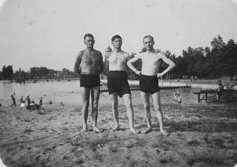 Ostrzeszowski basen, lato 1938 rok. Po prawej stronie stoi Jan Cichosz. Dziękuje..., stare zdjęcia -