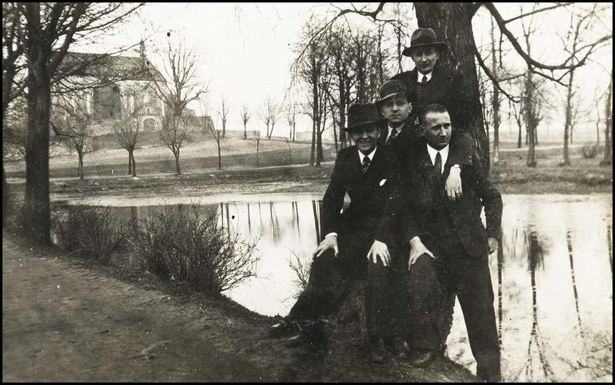 Alejki klasztorne, lata 30-te. Widoczny staw i klasztor nie ogrodzony jeszcze dr..., stare zdjęcia -