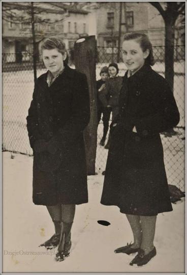 Fotografia z lat czterdziestych, zrobiona na terenie kościoła farnego, za płotem..., stare zdjęcia -