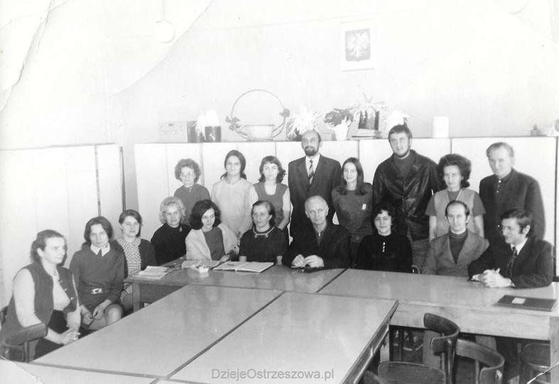 Szkoła Podstawowa nr 1. Początek lat 70-tych, pamiątkowa fotografia grona pedag..., stare zdjęcia -
