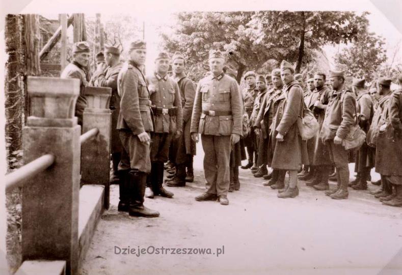 Maj 1940, jeńcy francuscy przed gmachem gimnazjum księży salezjanów (obecnie LO)..., stare zdjęcia -