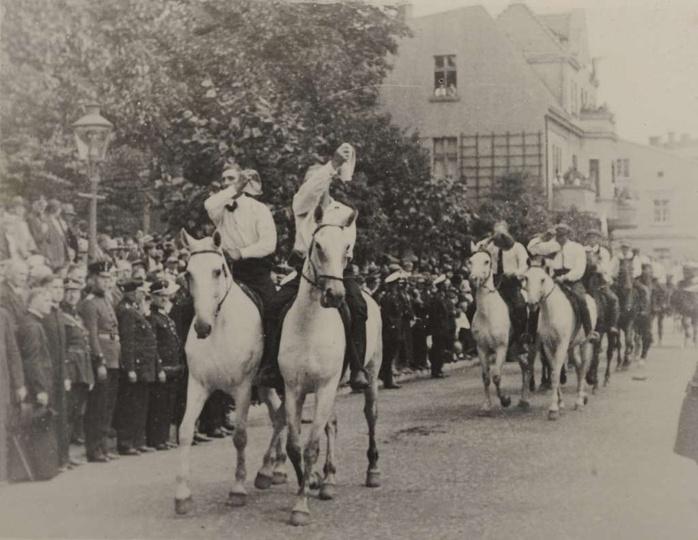 12 sierpnia 1934 roku, ulica Zamkowa, naprzeciwko baszty, w tyle widoczna kamien..., stare zdjęcia -