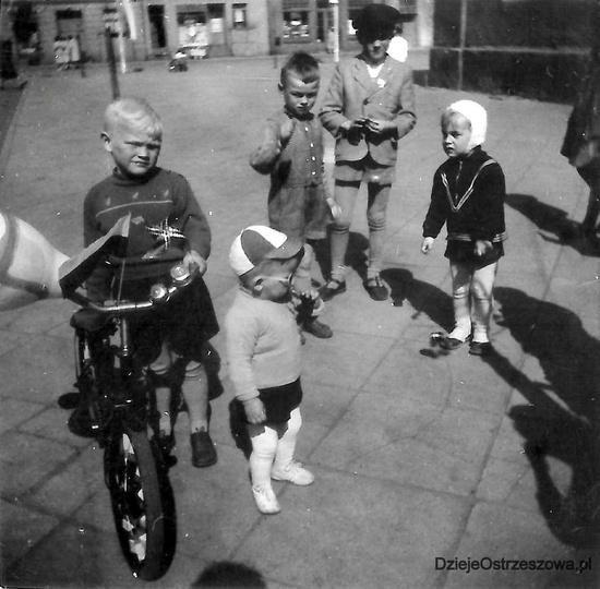 Ostrzeszowski rynek, koniec lat pięćdziesiątych. Wszystkie znaki na niebie i zie..., stare zdjęcia -