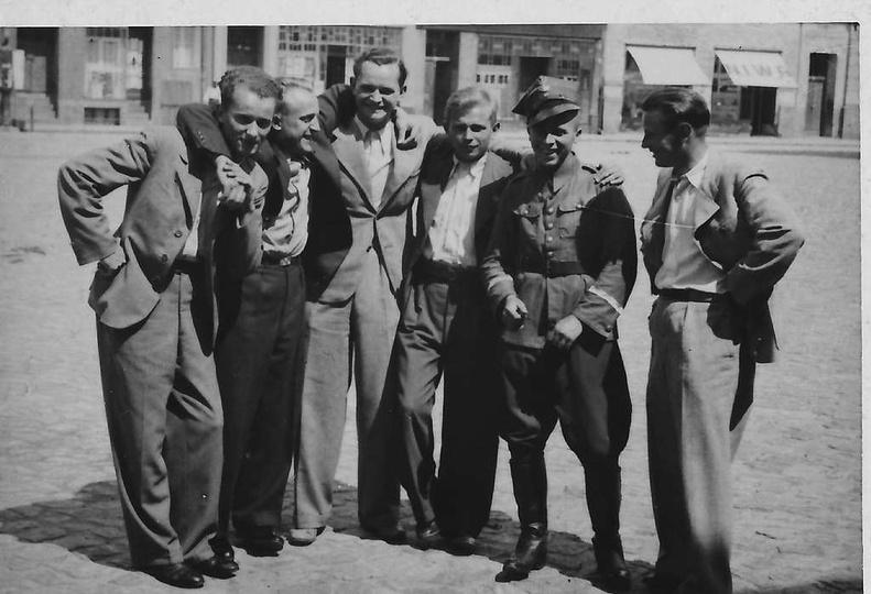 Sierpień 1939 roku, kilka dni przed wybuchem wojny. Na Rynku w Ostrzeszowie, sto..., stare zdjęcia -
