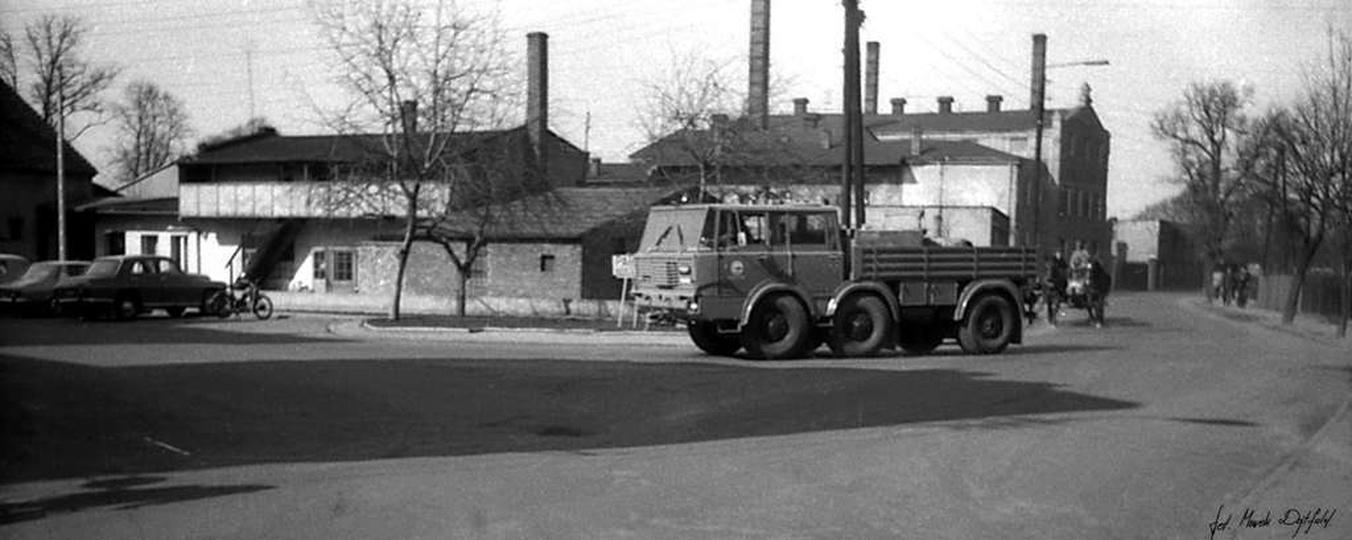 Czerwiec 1975 rok, skrzyżowanie ulicy Kaliskiej i Powstańców Wielkopolskich. Za ..., stare zdjęcia -