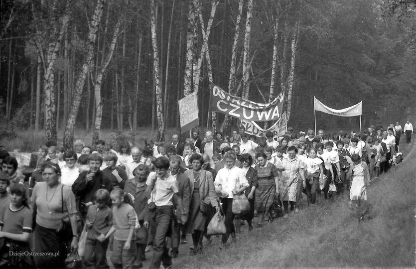 Ostrzeszów czuwa. Rok 1987, pielgrzymi z parafii farnej maszerują do Mikorzyna., stare zdjęcia -