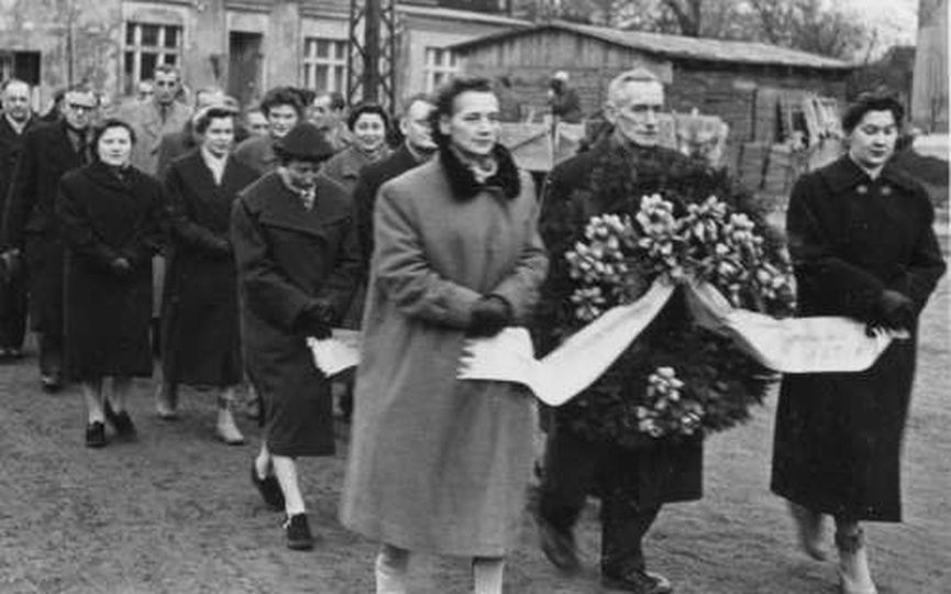 Na zdjęciu w pierwszej delegacji od lewej: śp. Antonina Olszanowska i śp. Krysty..., stare zdjęcia -