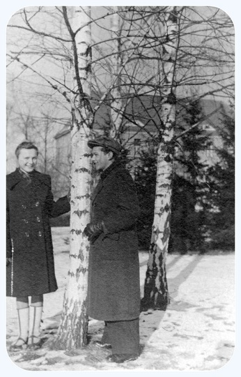 Lata pięćdziesiąte, park miejski. Heniu Kucharski ze swoją, niestety nie znaną z..., stare zdjęcia -