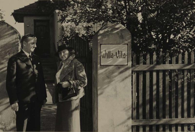 Lata trzydzieste,Teofil Kozłowski z żoną Marią przed willą Vita na ulicy Zamkowe..., stare zdjęcia -