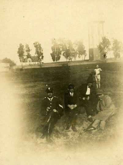 Rok 1926, panowie siedzą przy stawie u Libchena czyli powojennym kąpielisku u Wi..., stare zdjęcia -