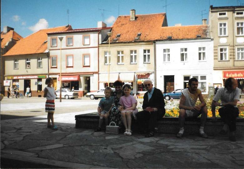 Początek lat dziewięćdziesiątych i kultowe już fontanno-kwietniko-ławki, w kamie..., stare zdjęcia -