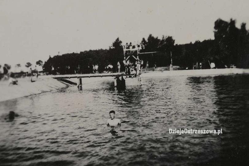 Ostrzeszowski basen, koniec lat trzydziestych. Dobrze widać pochyłe ściany kąpie..., stare zdjęcia -