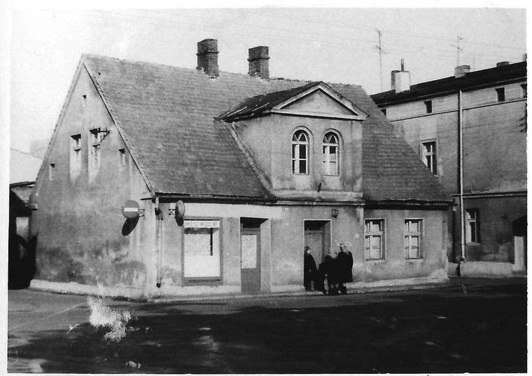 Koniec lat siedemdziesiątych, fragment placu Stawek i dom ze sklepem mięsnym pan..., stare zdjęcia -
