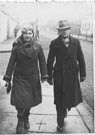 1 marca 1936 roku: ulicą Kolejową, z nieznanym nam mężczyzną,  spaceruje pani Ma..., stare zdjęcia -