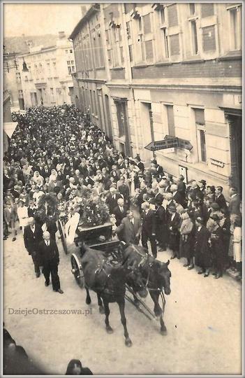 Rok 1941, lata okupacji. Zwracają uwagę napisy na drogowskazach w języku niemiec..., stare zdjęcia -