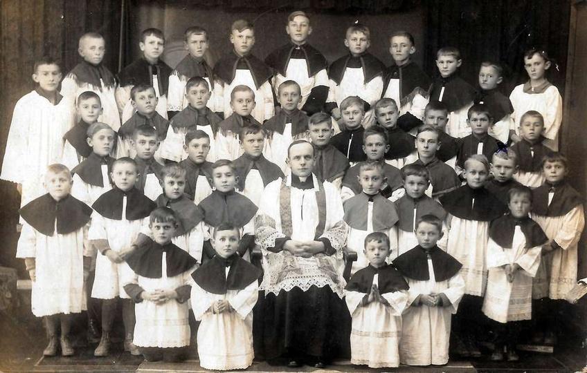 Ostrzeszowscy ministranci, rok ok. 1935. Krzyżykiem zaznaczony mój tata-Jędruś K..., stare zdjęcia -