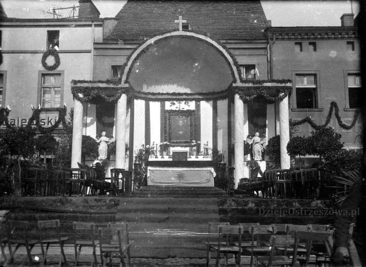 Rok 1938, ołtarz na rynku, naprzeciwko ratusza, zbudowany specjalnie z okazji od..., stare zdjęcia -