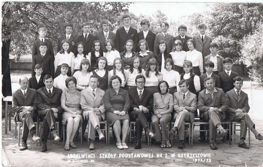 Absolwenci Szkoły Podstawowej nr 2 w Ostrzeszowie, kl. VIIIb, rok 1972/73, stare zdjęcia -