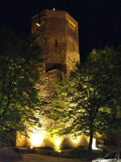 Baszta w nocnym oświetleniu, stare zdjęcia -