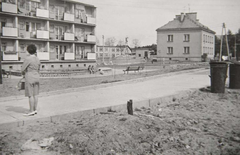 Budowę bloku mieszkalnego nr 4, dwupiętrowego na 27 rodzin, rozpoczęto wiosną 19..., stare zdjęcia -