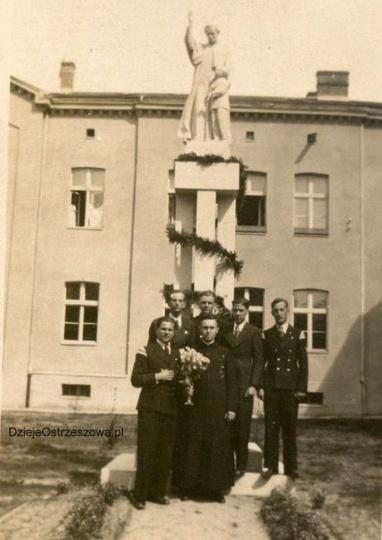 Pomnik św. Jana Bosko, przed gmachem internatu salezjańskiego. Obecnie jest to b..., stare zdjęcia -