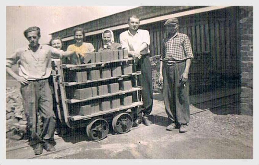 Lata 60-te. Pracownicy cegielni przy ulicy Wieluńskiej, stoją od lewej: Francis..., stare zdjęcia -