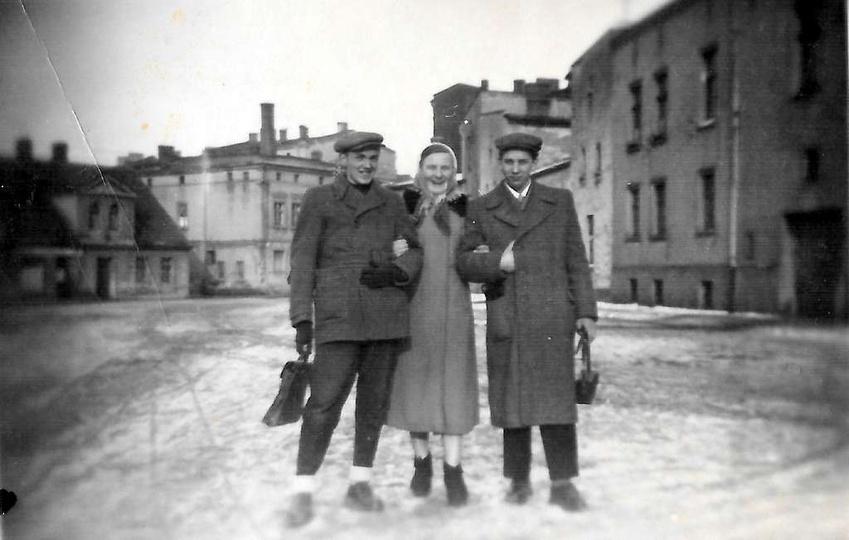 Plac Stawek, marzec 1956 rok, pierwszy z prawej stoi :Czesław Chwalisz. Prosimy ..., stare zdjęcia -