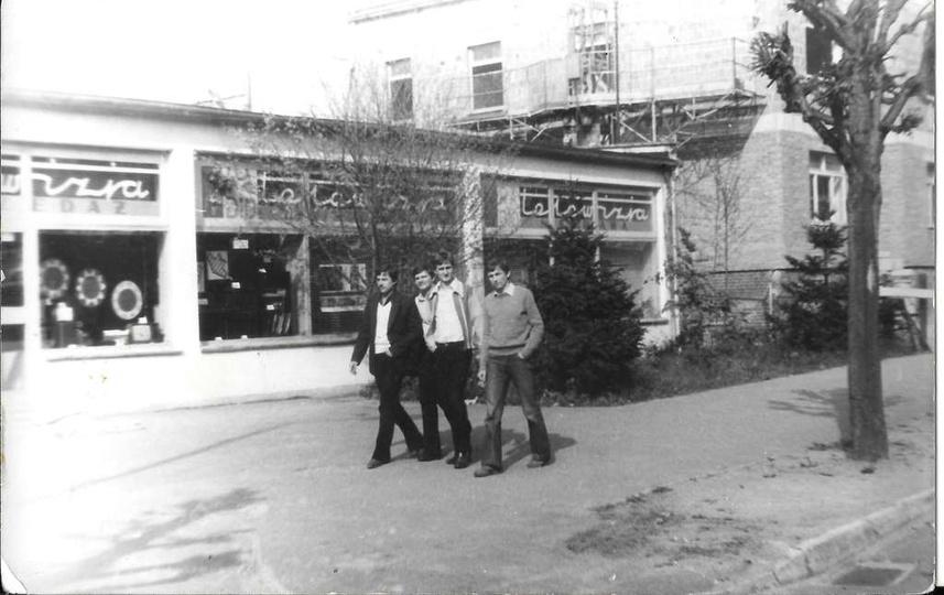 Lata 1979-80, ulica Boh. Stalingradu (Zamkowa), widoczny pawilon ZURiT-u, obecni..., stare zdjęcia -
