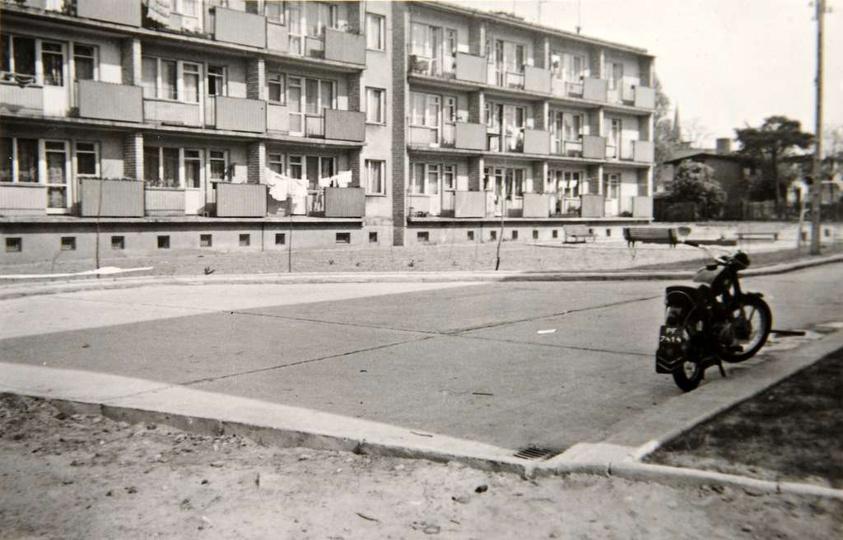 Rok 1967, blok nr 2, w tyle dobrze widoczny dom pana Niełacnego. Na tablicy reje..., stare zdjęcia -