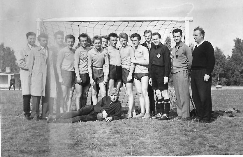 Rok ok. 1963-64, drużyna LZS Ostrzeszów w piłce ręcznej. Stoją od lewej: Zbignie..., stare zdjęcia -