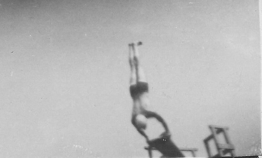Ostrzeszowski basen, przełom lat 40 i 50-tych. Popisy na trampolinie., stare zdjęcia -