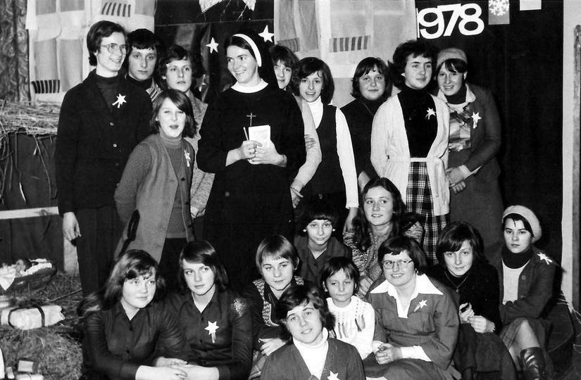 Grupa Oazowa Dziupla, prowadzona przez pełną wdzięku siostrę Magdalenę. Boże Na..., stare zdjęcia -