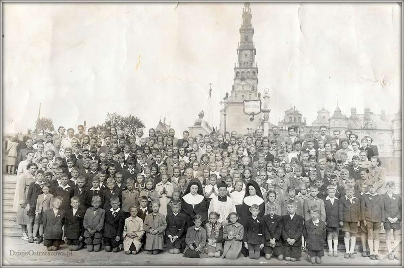 ...w podróży. Pielgrzymka parafii ostrzeszowskiej do Częstochowy. Widoczna duża..., stare zdjęcia -