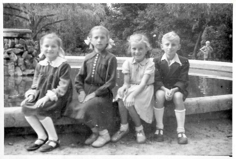 Początek lat pięćdziesiątych, w parku przy fontannie siedzą: z lewej Ewa Skupińs..., stare zdjęcia -
