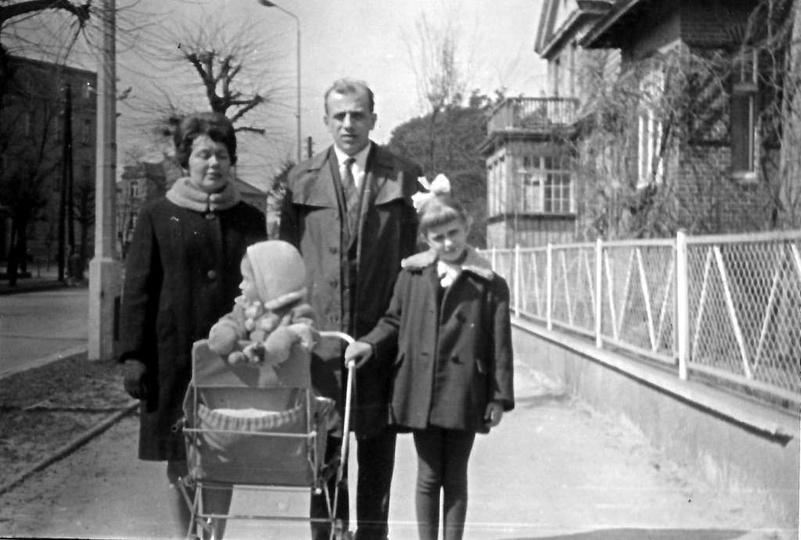 Lata sześćdziesiąte, państwo Jasiakowie spacerują ulicą Bohaterów Stalingradu (Z..., stare zdjęcia -