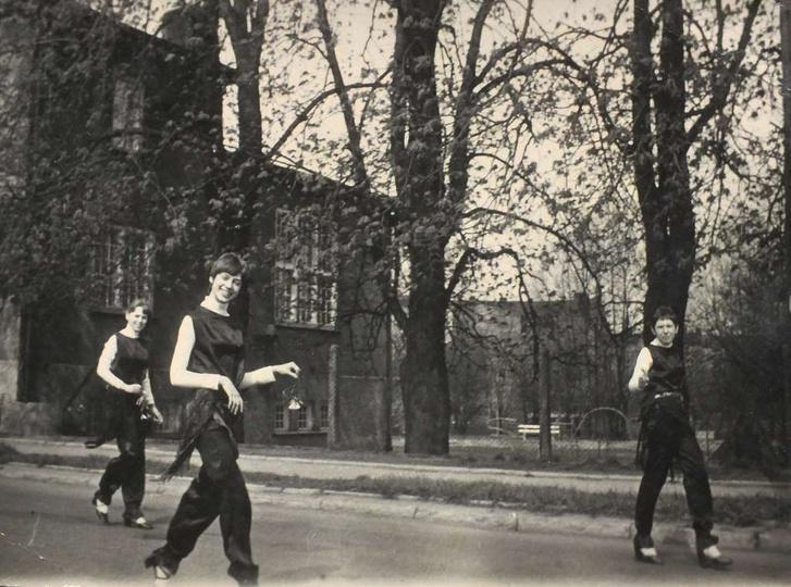 Rok 1979, w pochodzie pierwszomajowym, ulicą Kościuszki, idą zjawiskowe dziewczy..., stare zdjęcia -