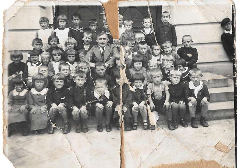 Rok 1935, na schodach Szkoły Powszechnej (SP nr 2) siedzą pierwszoklasiści z roc..., stare zdjęcia -