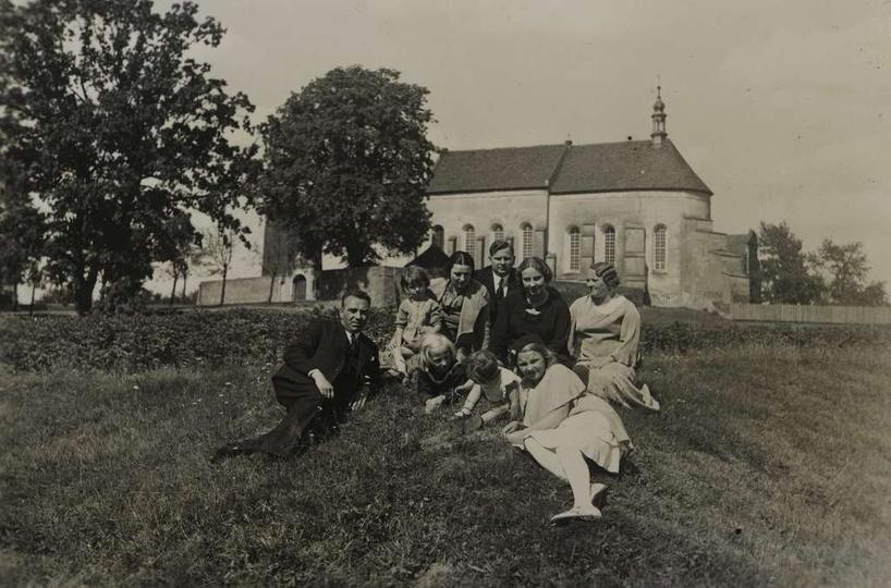 Piękne zdjęcie z lat trzydziestych, rodziny pozującej na tle klasztorku. Dobrze ... -