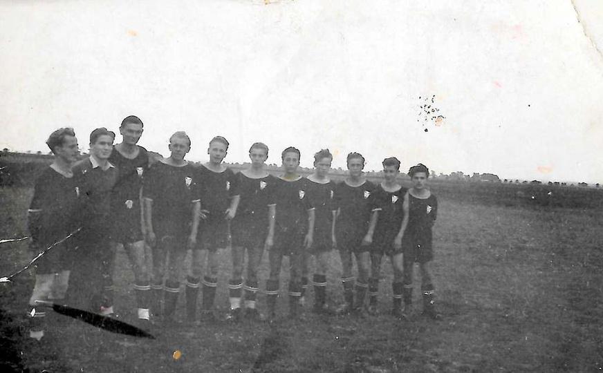 ...w podróży. Słupia, rok 1951. Drużyna piłki nożnej K.S. SPÓJNIA Ostrzeszów...., stare zdjęcia -