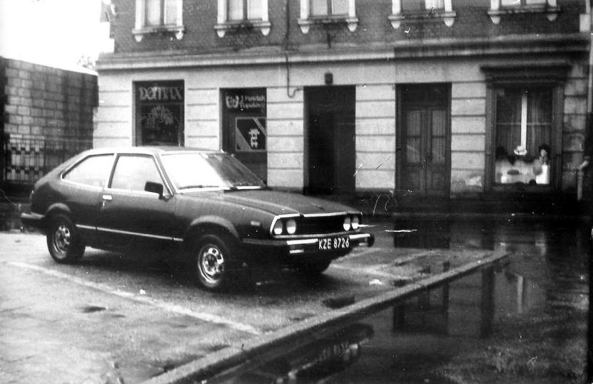 Plac Kazimierza, lata 90-te. Widoczna jeszcze, po prawej stronie stara, drewnian..., stare zdjęcia -