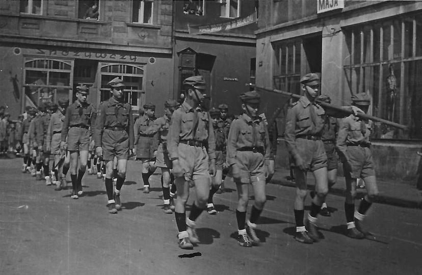 1 maja 1959 rok, maszeruje II Drużyna Harcerzy im. Gen. Wł. Sikorskiego. Po lewe..., stare zdjęcia -