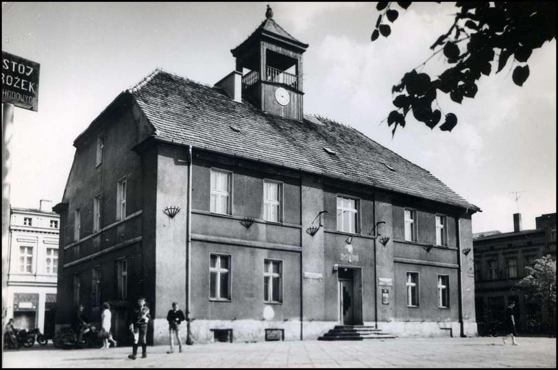 Ostrzeszowski ratusz, schyłek lat 60-tych. Na fasadzie budynku tablica z gwiazdą..., stare zdjęcia -