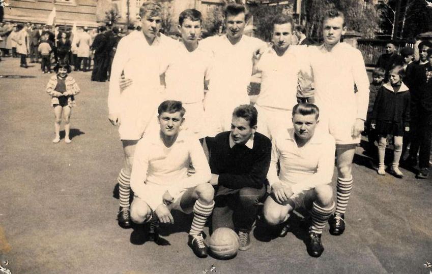 1 maja, początek lat sześćdziesiątych, boisko Szkoły Podstawowej nr 1. Zawodnicy..., stare zdjęcia -