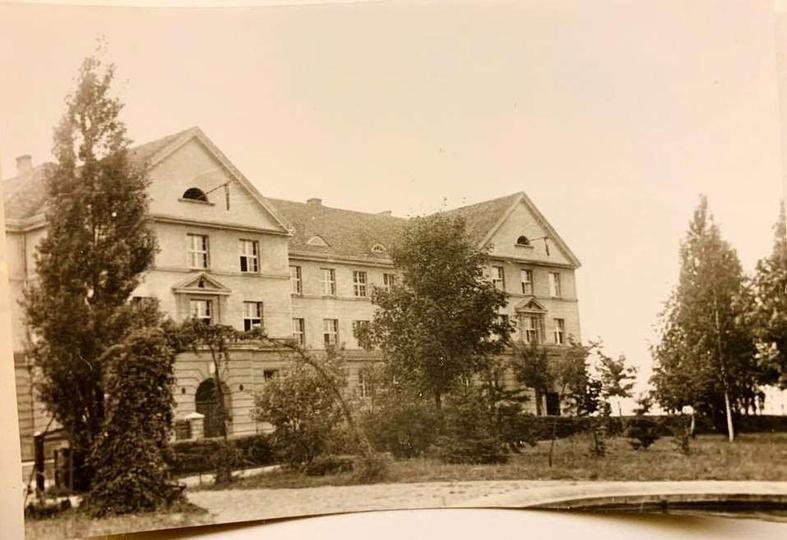 Budynek Szkoły Podstawowej w czasie okupacji. Widoczne na strychu flagi ze swas..., stare zdjęcia -